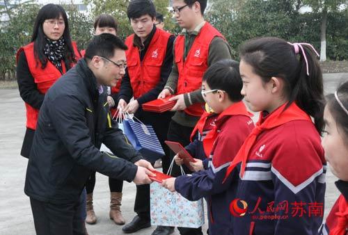 向吴江实验小学获奖学生颁奖.