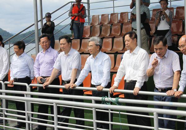 在杭州千岛湖鲟龙科技股份有限公司,张桃林一行实地考察了千岛湖鲟鱼