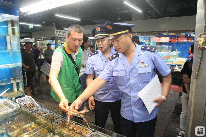 """海鲜市场""""花式""""绑蟹增重 北京丰台工商进行专项检查"""