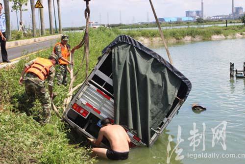 图为边防官兵帮助工作人员用绳子把货车捆绑