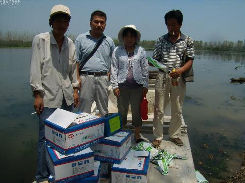 江苏铜山县柳泉镇指导员冒着酷暑指导河蟹养殖