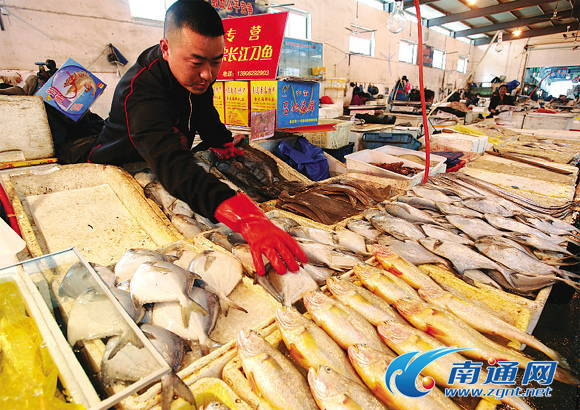 眼下正是海鲜上市旺季,透过涨跌互见的市场迷局,日本的核辐射对南通水产品的冲击波到底有多大,有多持久   今春捕捞量下降 海鲜价不断攀升   去年这个时候,每潮捕捞春鱼500多公斤,子虾、梭子蟹、黄鱼加起来也有300来公斤,今年不行了,黄鱼、春鱼不到一两公斤,梭子蟹一两只江苏省南通市如东县长沙镇北坎社区渔民孙荣亮下海捕捞30多年,14日,刚刚出海回来的他说,像今年这样捕不到海货,还是头一回碰到。   目前如东县从事海洋捕捞的渔船有1200多艘。可能是气温偏低的缘故,导致捕捞量较往年下降不