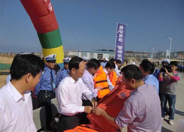 烟台市渔用救生衣发放仪式在牟平区养马岛中心渔港举行.
