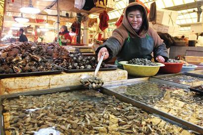 春节将至山东青岛水产市场海鲜价格涨势猛