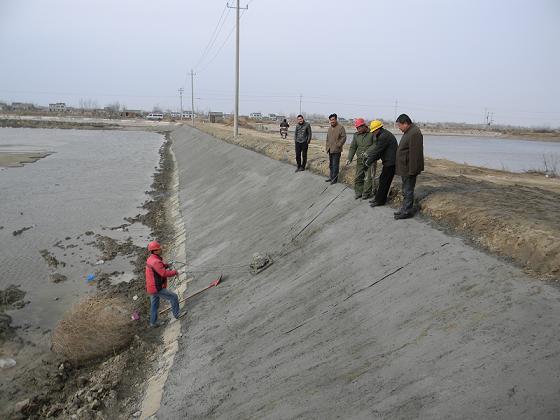 近日来,滨海县水产养殖场正在通过大型挖掘机紧张作业,对老化塘口进行水泥护坡和修复改造,加快渔业科技入户工程和高效设施渔业建设的快速发展,实现2000亩鱼塘全部水泥护坡、养殖区内主干道硬化、进排水通达,使养殖单产水平再提高10%。   为了借助渔业科技入户工程实施契机,切实做好省级高效水产养殖基地建设,滨海县水产养殖场充分发挥其省级水产品无公害产品生产单位作用,认真对照江苏省水产养殖池塘标准化建设规范内容,严格按照省级高效设施渔业项目协议书要求,从池塘形状、池塘面积、池埂宽度、池塘坡度、池塘深度、池塘护