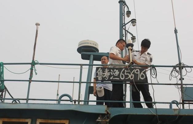 下机舱,严格检查每条渔船救生