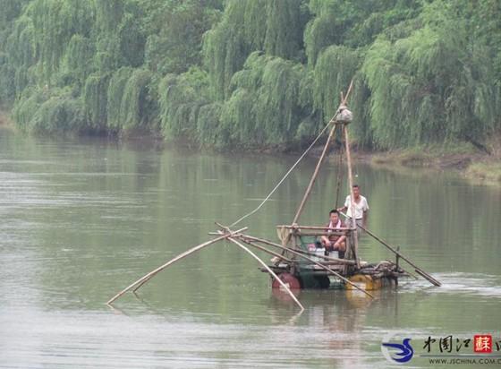 &nbsp&nbsp&nbsp现在的人太嚣张了,居然用废弃的油桶做成的小船,在秦淮河上游来荡去布网捕鱼。   昨天,徐先生路过南京武定门附近的秦淮河时看到两名男子乘坐了一艘油桶船在捕鱼。徐先生看到他们在竹伐下面固定了6只大油桶来加大浮力,并不时将一张很大的网撒在河中,甚至连一些鱼苗也不放过。路过的市民纷纷表示如此捕鱼太嚣张了。