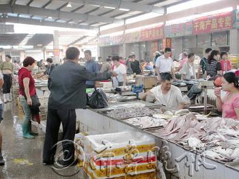 """""""而记者从金阳农贸市场海鲜批发城获悉,都得到了几乎相同答案."""