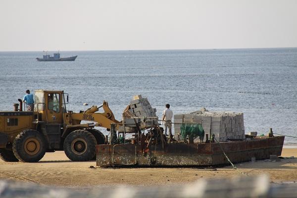 &nbsp&nbsp&nbsp&nbsp日前,威海市同鑫水产养殖有限公司承担的双岛湾海洋牧场建设项目竣工。自2010年12月6日获批开建以来,3年间,该公司累计投资2472万元,于环翠区双岛湾外部海域,共投放管状混凝土构件礁17200根(3375空方),水泥空心砖礁1713350块(27414空方),石块礁122405立方;并在礁区移植大叶藻、鼠尾藻等藻类550多万株,底播海参、虾夷扇贝等海珍品785.