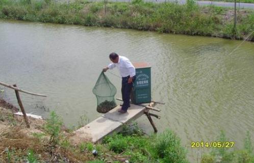 江苏盐城滨海县通榆镇指导员到塘口指导小龙虾生产