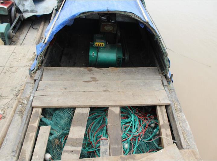 """经查船上载有大功率发电机和电捕鱼网具,系""""三无""""船只"""