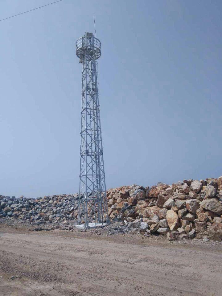 航标灯为钢架结构灯桩式右侧标,高13.5米,照距6海里,太阳能电源.