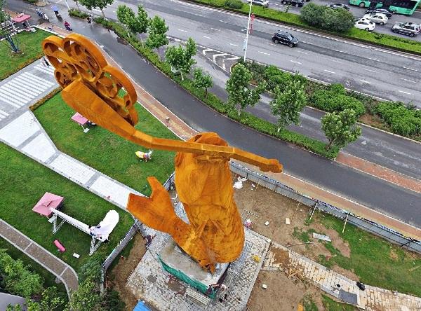 河南郑州一巨型鲤鱼雕塑亮相街头