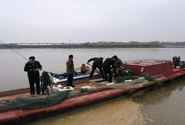 江西九江市永修县鄱阳湖渔政局对修河开展禁渔前打击电力捕鱼行动