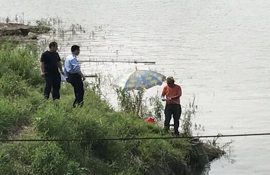 江西九江渔政水警联合宣传禁渔期长江边垂钓行为