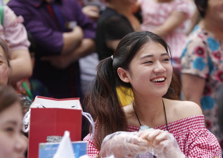 河南郑州举办小龙虾节 美女冒37度高温吃虾