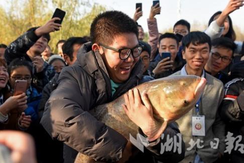 """武科大""""沁湖鱼宴""""4万师生一同免费吃鱼"""