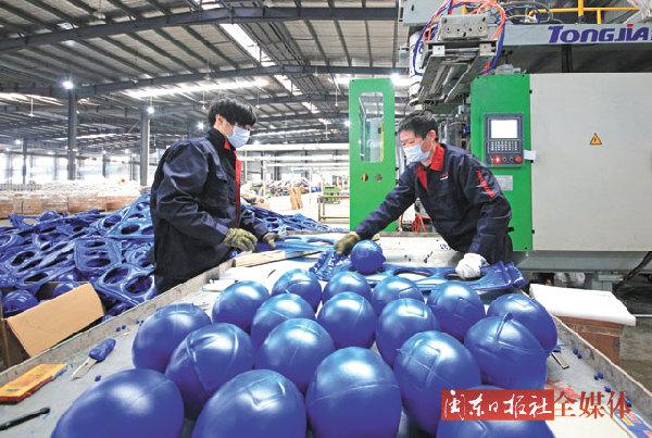 福建福安:生产新型藻类养殖塑胶浮球
