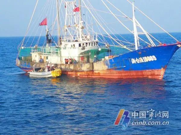 拖虾船越线捕捞 渔政船跟踪追击…违规作业将面临处罚