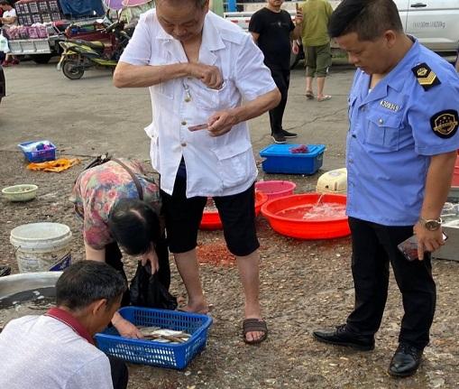 湖南省益阳市:将养殖鱼虾冒充野生鱼虾售卖 新桥河村民被处罚