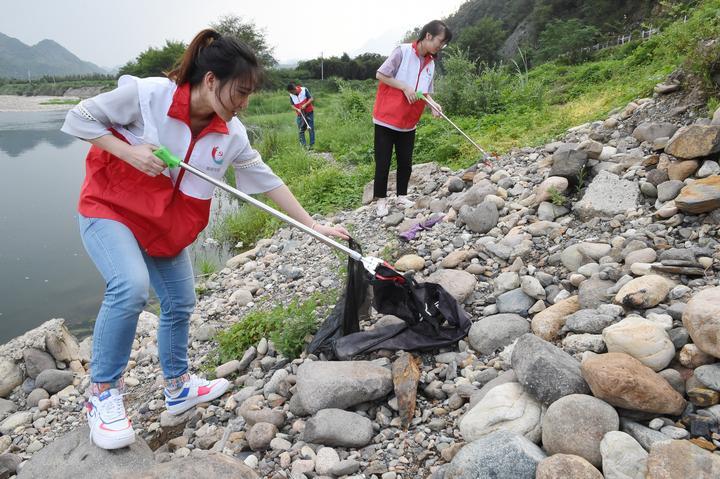 浙江杭州:一尾尾鲜活鱼苗跃进昌西溪 临安党员带头保护生态